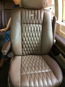 Перетяжка кожаных сидений автомобиля